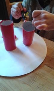 Activit pour les enfants tableau fleurs avec des - Activite a faire avec des rouleaux de papier toilette ...